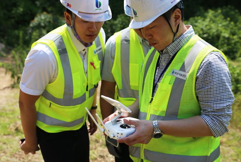태종대유원지 태종사 주변 사면을 드론(drone)을 활용한 점검을 하는 모습3